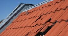Dachflächen, der Dachaufbauten und den Anschlüssen Auswechseln und ergänzen von defektem Deckmaterial wie Tonziegel, Schiefer- oder Eternitplatten inklusiv deren Entsorgung.
